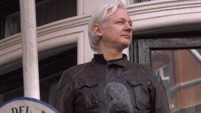Julian Assange, detenido en la embajada de Ecuador en Londres por la policía británica