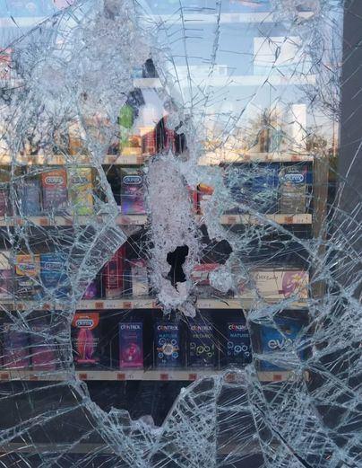 Rompen un cristal de la farmacia de Bauzà