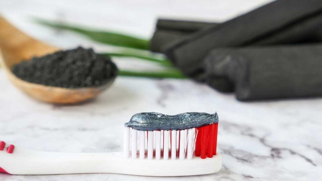 Como blanquear los dientes con carbon activado