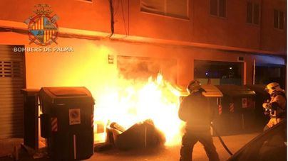 Un fuego calcina cuatro contenedores y daña tres coches en Palma