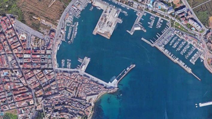 Dos mujeres heridas leves tras precipitarse al mar con su vehículo en el puerto de Ibiza