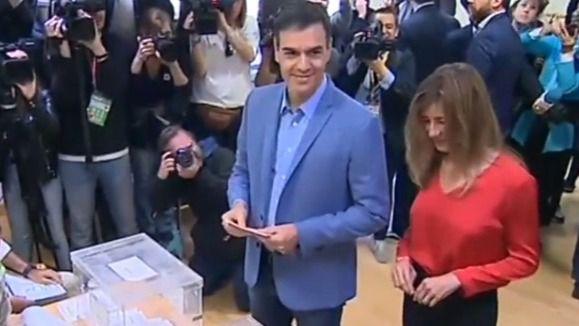 Pedro Sánchez, el primer líder en votar