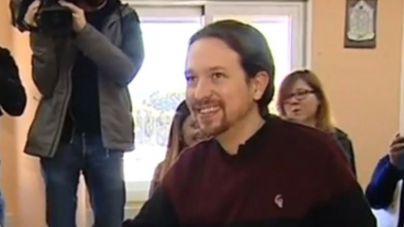Pablo Iglesias vota en Galapagar
