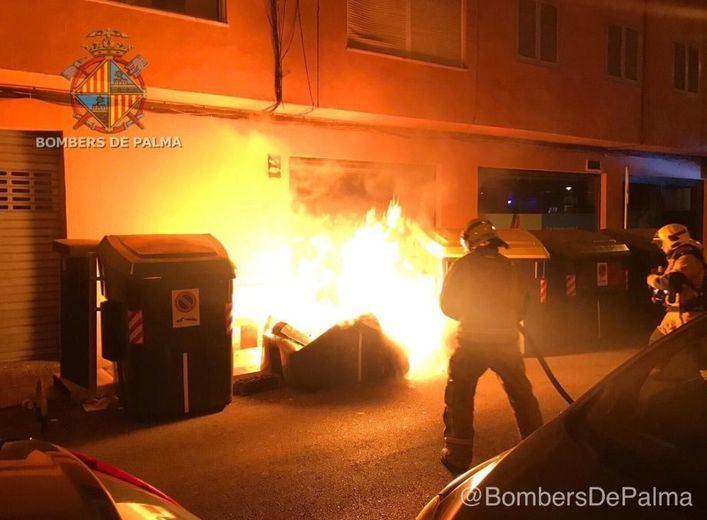 Un nuevo incendio en Palma calcina tres contenedores y provoca daños en varios vehículos