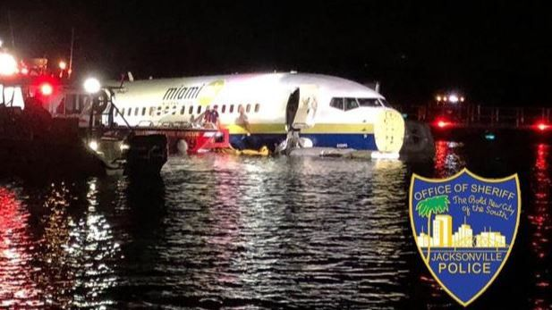 Un avión con 136 pasajeros a bordo se sale de la pista y acaba en un río en Estados Unidos