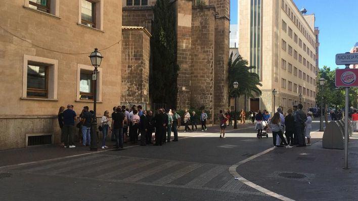 Cientos de personas dan un cálido último adiós al comandante José Domingo en Palma