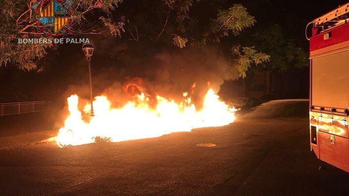 Un coche y cuatro contenedores arden en dos fuegos intencionados en Palma