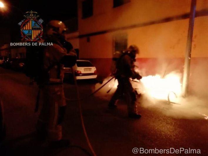 Inquietud en la calle Bisbe Maura de Palma al quemarse dos nuevos contenedores