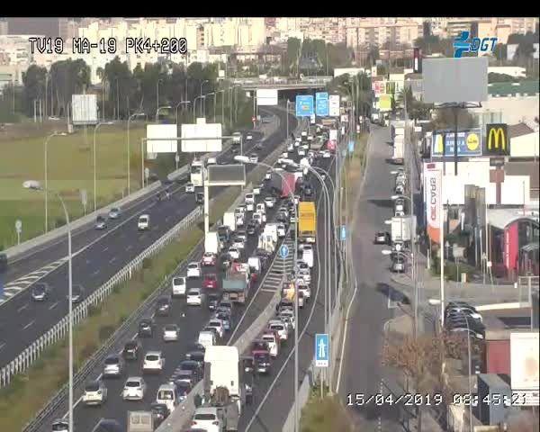Fuertes retenciones de tráfico por un accidente en la autopista del aeropuerto