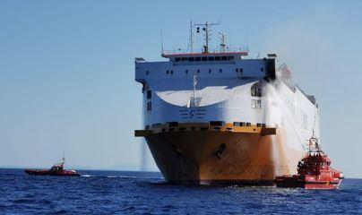 Activan el plan por contaminación de aguas marinas por el incendio del buque cerca de Cabrera