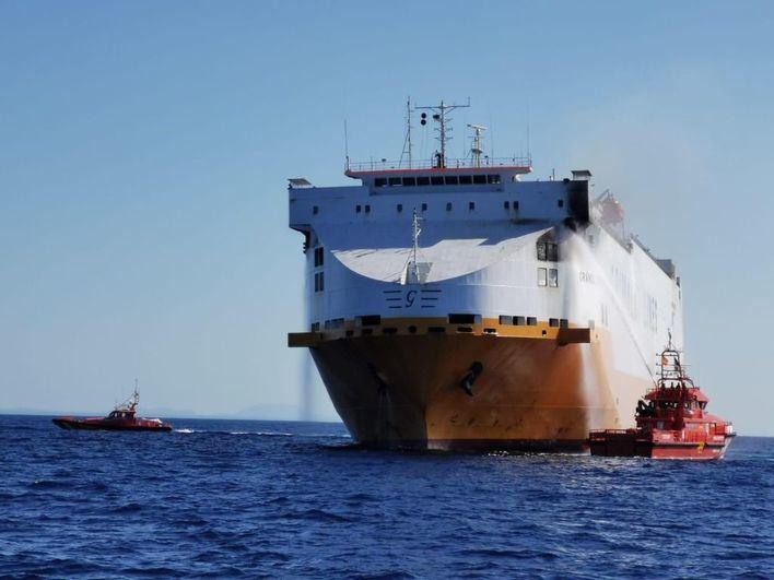 El buque 'Grande Europa', remolcado hasta el puerto de Palma