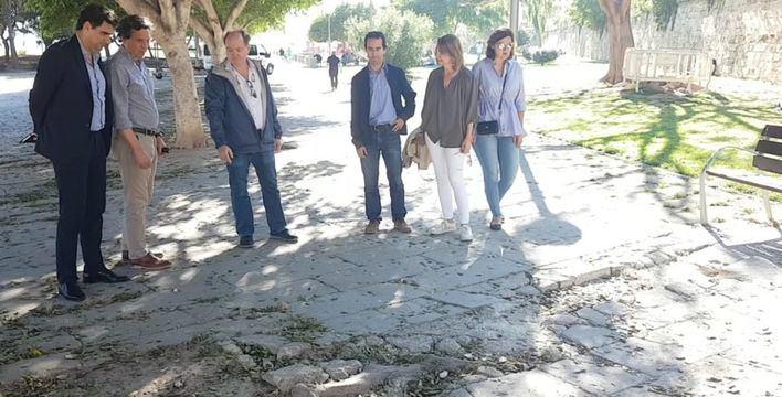 Isern promete renovar el suelo del Parc de la Mar