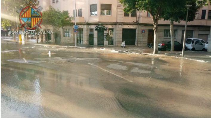 Desalojan y precintan un edificio tras una fuga de agua en una tuberia de Palma
