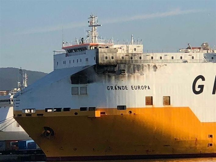 Trasladan a Valencia el buque Grande Europa incendiado cerca de Cabrera
