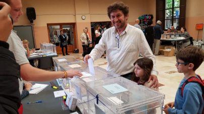 Jarabo acude a votar con sus hijos y pide máxima participación porque 'toca decidir el futuro'