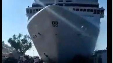 Un crucero fuera de control colisiona contra un barco turístico en Venecia