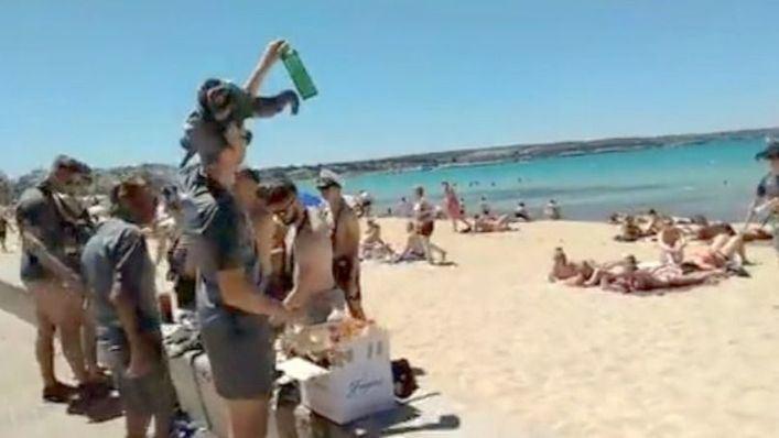 Botellón, música a tope y venta ambulante dan los 'Buenos días' en Playa de Palma