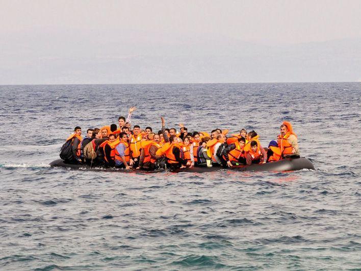 Dos muertos y varios desaparecidos al naufragar una embarcación con migrantes en aguas libias