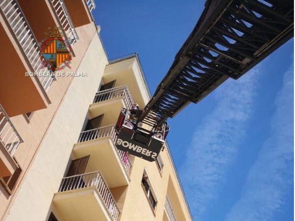 Los Bombers de Palma rescatan por el balcón a una mujer que estaba inconsciente en su casa