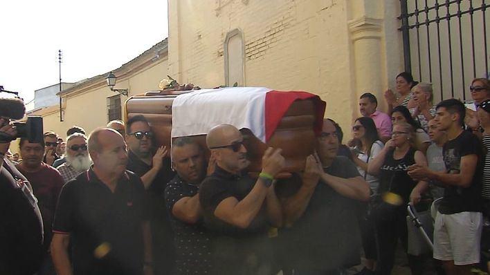 Utrera despide a Reyes en un multitudinario y emotivo funeral