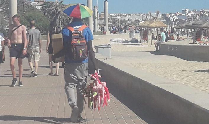 Primera multa a un turista por comprar a un vendedor ambulante en Playa de Palma