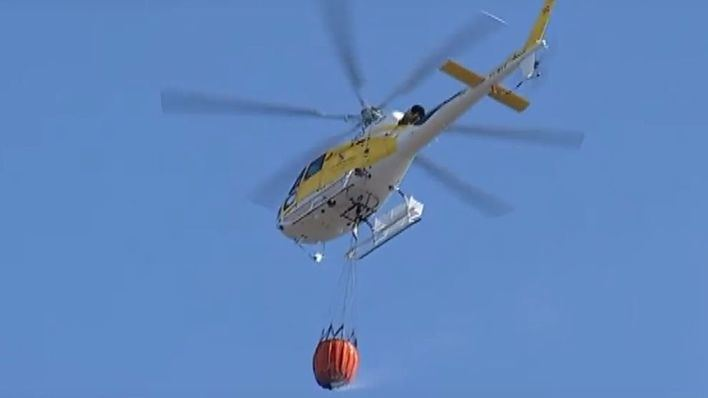 Medios aéreos participan en las labores para extinguir un incendio junto al cementerio de Pollença