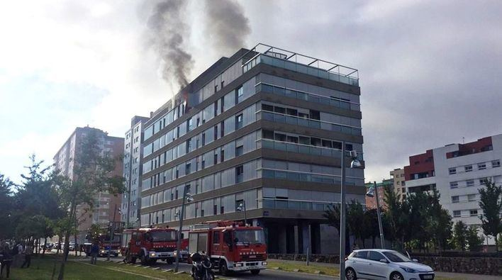 Una explosión provoca un incendio en un edificio de viviendas
