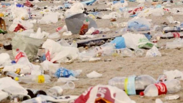 Organizan un evento para concienciar sobre el problema de la basura en las playas tras la noche de San Juan