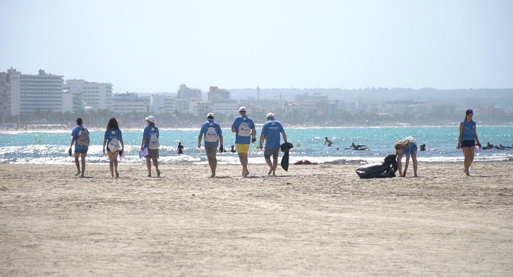 Colaboradores de Autovidal retiran 250 kilos de basura de la playa de Es Carnatge