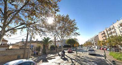 Un taxi sin control invade la acera y se empotra contra una vivienda en la calle Aragón