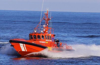 Rescatados cuatro tripulantes de un velero en Mallorca por un incendio
