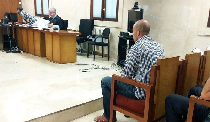 Acepta ocho años de cárcel por apuñalar en Palma a dos alemanes y amenazar a la Policía