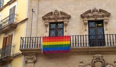 Hila coloca la bandera LGTBI en la fachada de Cort