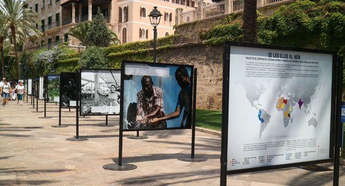 La exposición fotográfica 'De las Islas al mundo' retrata el mundo de la cooperación