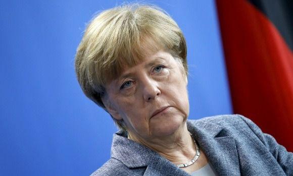 Merkel vuelve a sufrir temblores en un acto oficial