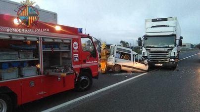 Un herido grave tras un choque frontal entre un camión y una furgoneta en Palma