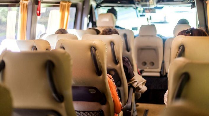 30 muertos al caer un minibús por un barranco en India