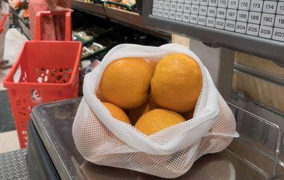 Eroski apuesta por reducir los plásticos con la nueva bolsa de malla reutilizable en frutería