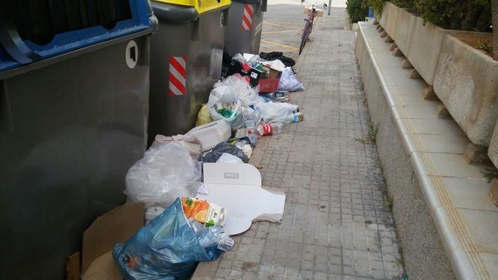 Tres policías patrullarán la Colònia de Sant Jordi para multar a quien deje basura fuera de los contenedores