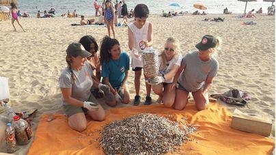 Retiran miles de colillas de la playa de Can Pere Antoni