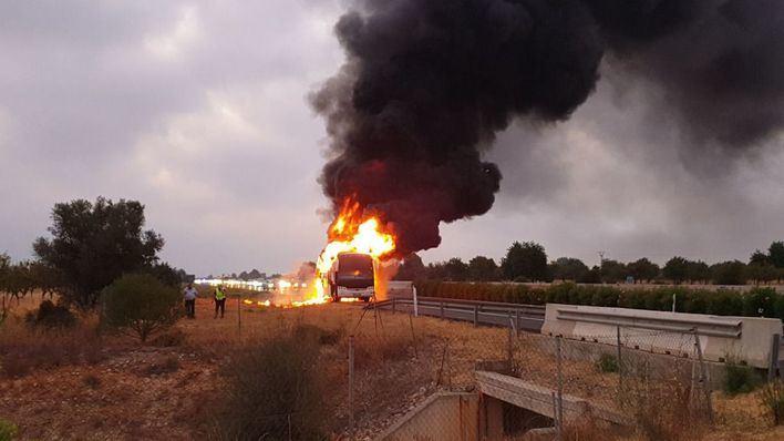 Impresionantes imágenes del incendio que devoró un autocar en la autopista de Inca