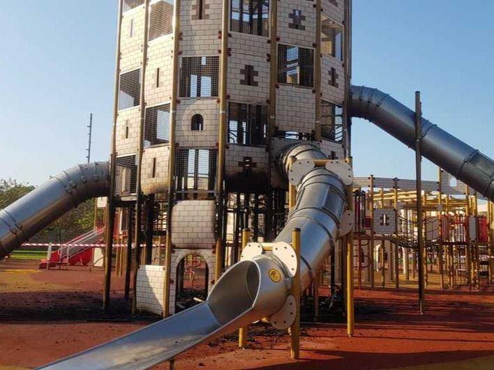 Arde el castillo infantil del Parc de sa Riera