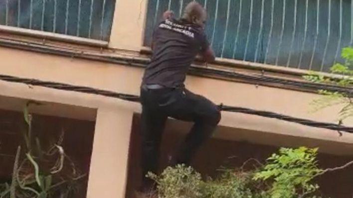 Los héroes del incendio de s'Arenal que treparon por la fachada para sacar a los heridos: 'Era nuestro deber'