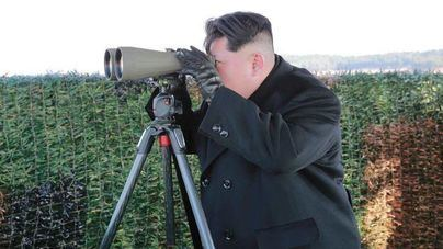 Foto de archivo de Kim Jong-Un supervisando maniobras militares