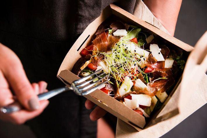 OCU alerta de que la tinta usada en algunos envases puede dejar rastro en la comida