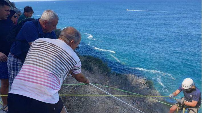 Voluntarios de Vox retiran 200 kilos de basura en Bahía Azul