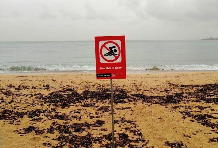 Cierran al baño la playa de Ciudad Jardín tras un vertido de aguas mixtas