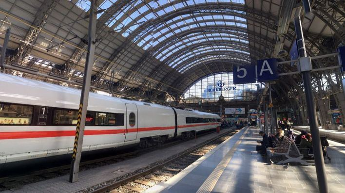 Muere un niño al ser arrojado a las vías del tren en Alemania