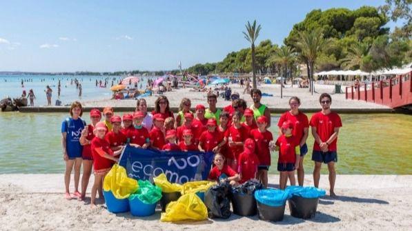 Alcudiamar, Trasmediterránea y Fundación Ecomar limpian la playa de Alcudia