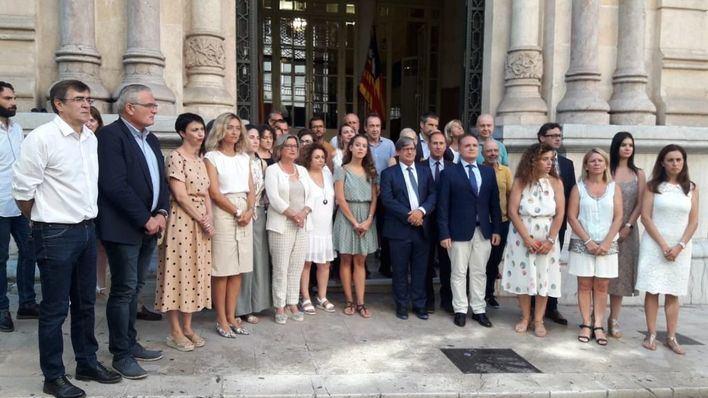 Minuto de silencio en el Parlament por los guardias civiles asesinados por ETA en Calvià en 2009